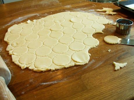 Medelstora kakor, ännu med mittbiten kvar